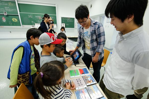プログラム体験コーナーでは、学生が作成したコンピュータゲームが子どもたちに大人気。<基礎理論工学研究会>