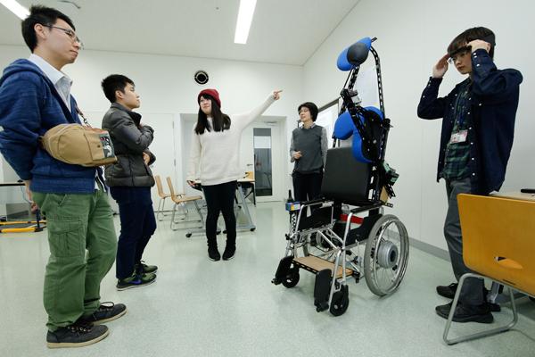 立ったまま移動できる車椅子のように、筋電を利用して動作制御するさまざまな装置を紹介しました。<情報医工学展>