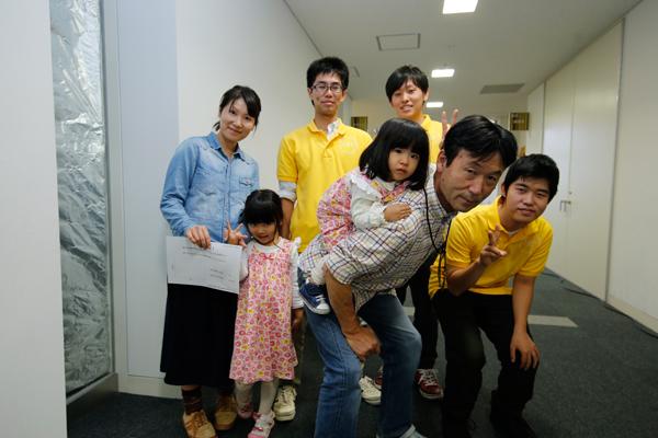 """「ドキドキしたね」とお化け屋敷を楽しんでくれた尾田さんご家族。お子さま向けの """"やさしいレベル""""でお楽しみいただきました。<電子情報テクナーズ>"""