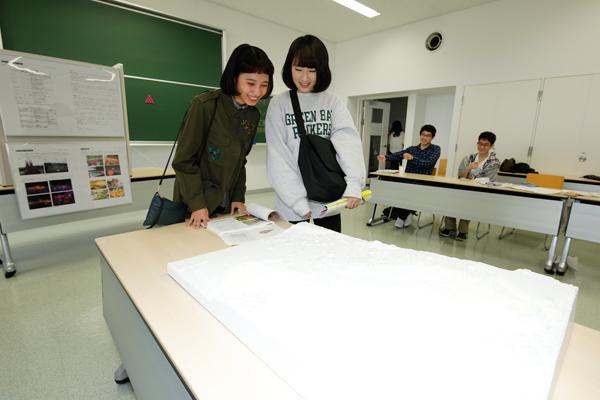 広島市植物公園の改善提案のために作成した模型が、来場者の注目を集めました。<環境土木工学科・都市デザイン工学科>