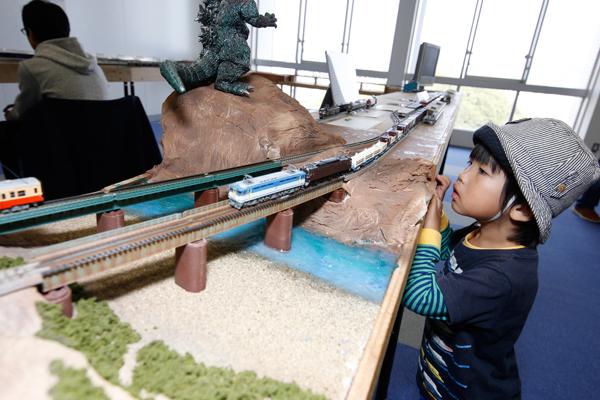 リアルな鉄道模型に、大人も子どもも夢中。貨物列車や路面電車が駆け抜けました。<鉄道研究部>