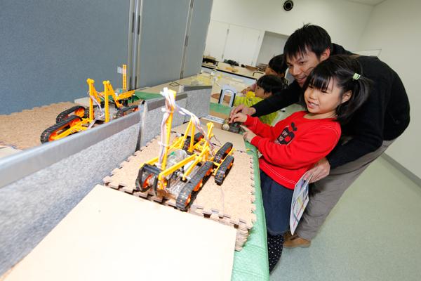 災害時に活躍するレスキューロボットを紹介。子どもたちに、ミニレスキューロボットの操作体験を楽しんでもらいました。<科学部>