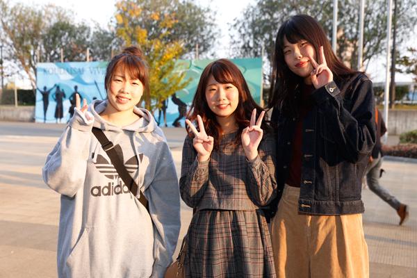 「スタンプラリーをこれからコンプリートします!」「レーザーショーも楽しみです!」と、鈴峯女子短期大学の長瀬さん(左)、長野さん(中)、中田さん(右)。