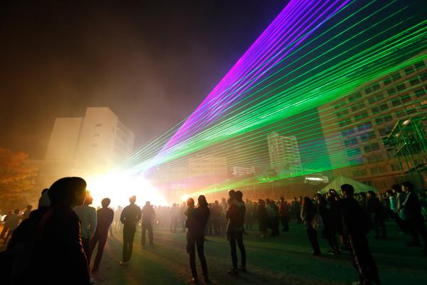 まるでオーロラのような光に包まれる幻想的な空間が出現。会場中の人たちを別世界へ導きます。