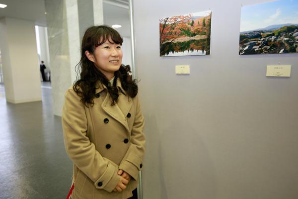 「部員同士で、広島市植物公園や宮島へ撮影会に出掛け、気になる風景を思い思いに撮影しています」と写真部部長の加藤綾花さん(地球環境学科 2年)