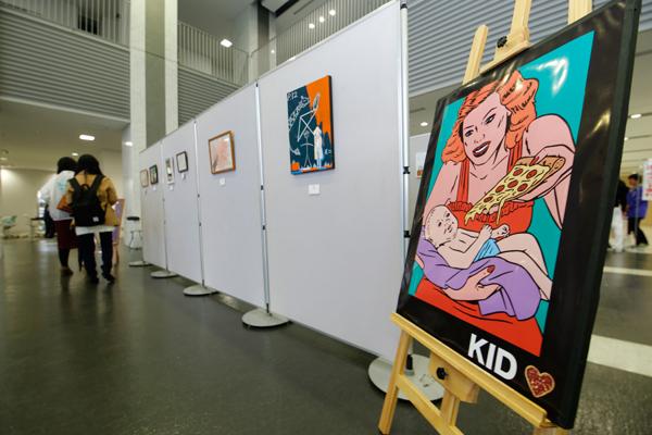 油彩、水彩、アクリルなど、幅広い手法で幅広いテーマを扱った作品が並ぶ美術部の展示。