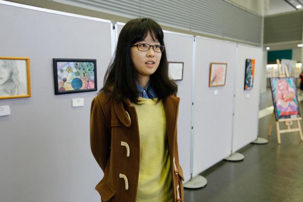 「一人ひとりの個性を引き出す作品を作れるように、みんなで心がけています」と美術部部長の池田奈央さん(食品生命科学科 2年)