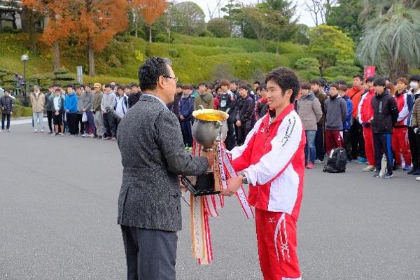 部活動の部で昨年優勝した陸上競技部の「チームマニーズ」が、優勝カップを返還