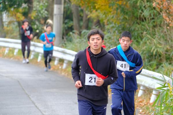 スタートからおよそ1.6kmで、区間の最高地点に到達。歯を食いしばって走るランナーたち