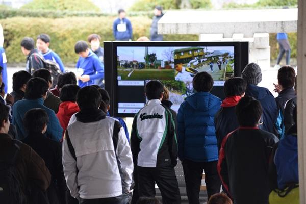 キャンパス外の選手の力走の様子は、情報システムメディアセンター(ISMC)が新1号館前のモニターに映像を送信
