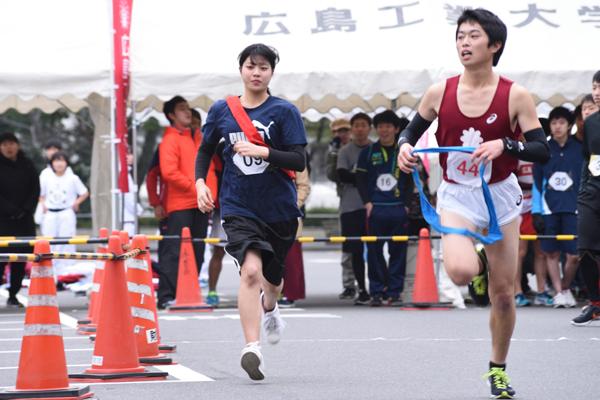 女性ランナーも奮闘。「初めての駅伝。長かったけど気持ち良かったです」と剣道部の藤井瑠海さん(建築デザイン学科1年、写真左)