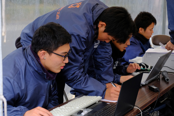 タイム計測や集計などで大忙しの大会本部