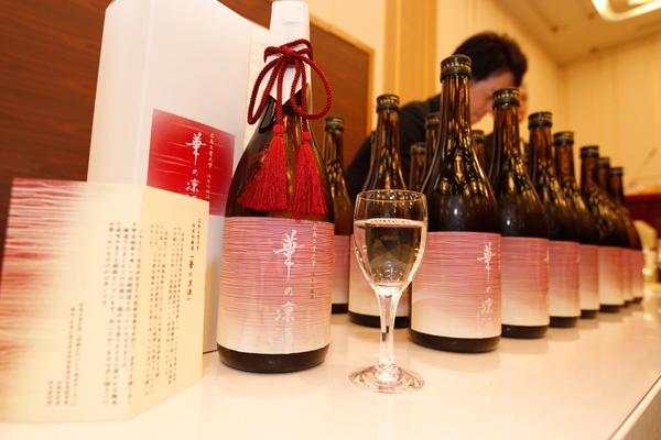 会場には、本学の「発酵ものづくり研究センター」が、中国醸造株式会社のご協力のもと完成させた純米吟醸酒「華の凛酒」の試飲コーナーが設置されました。ネーミングとラベルデザインは、環境デザイン学科の学生が担当しました。