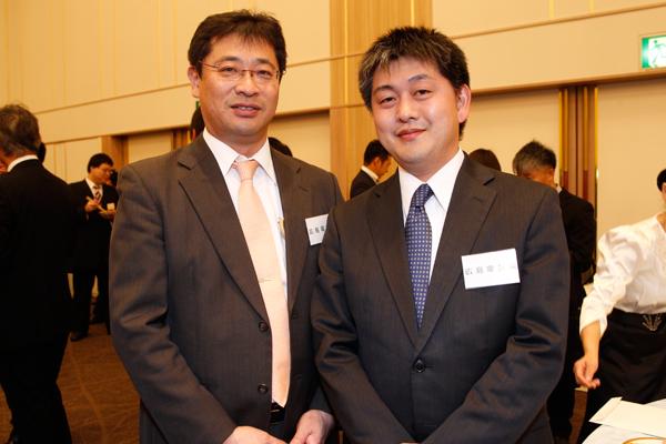 広島電鉄株式会社の古久保様(左)と、人事課長の田中様(右)。「地元の技術系の大学とのつながりを大事にしたいと考え、懇親会に参加しています」