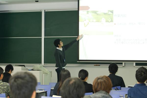 酒造会社のインターンシップに参加した吉田泰晃君(広島県 崇徳高校出身)。もともと興味のあった醸造の知識を深めるため、参加を決めました。酒造り工程の説明も交え、自身が体験した作業内容を丁寧に報告。「社員の方からやりがいを聞き、就職への意欲が高まりました」