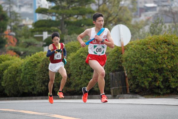 一番にタスキをつないだのは陸上競技部の沖田翼さん(地球環境学科 1年)。「思ったより登り坂がきつかったけれど、いい走りができました」
