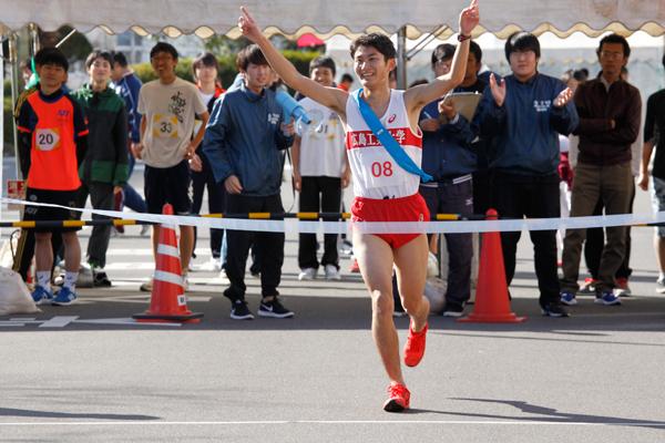 1位でゴールテープを切ったのは、陸上競技部の西岡大輝さん(建築工学科 2年)。「メンバーの強い絆で優勝を守りました」