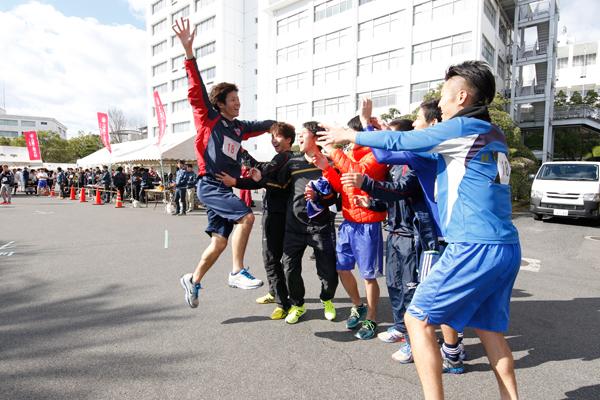 総合3位、部活動の部で準優勝に輝いたサッカー部。全員でアンカーを迎え、喜びを爆発!