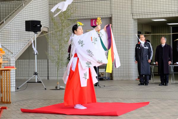学内で目にすることのない巫女舞に、参列者も注目