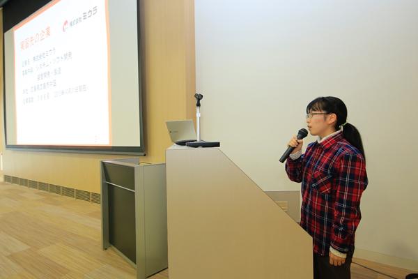 向井のり子さん(広島県立広島国泰寺高校出身)は、広島に本社を置き、全国に拠点を構える企業でヘアドライヤーのイオン発生装置の発生量計測を体験しました。「産学連携実習を利用して、約1カ月という長期に渡り仕事を体験できたので、企業のことをより深く知ることができました」