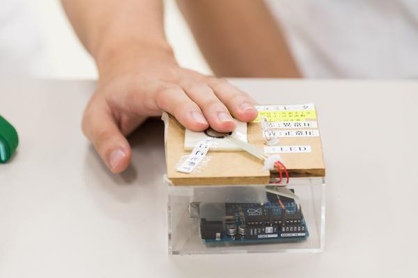 これが適正止血圧シミュレータ。丸い部分を指で押さえ、適正な圧力でなかったらアラームが鳴る仕組みです。