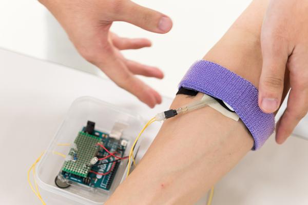 シミュレータを腕に装着し、止血バンドを締めた状態でも使用できるように改良。バンドでの適正な止血圧がシミュレーションできるようになりました。