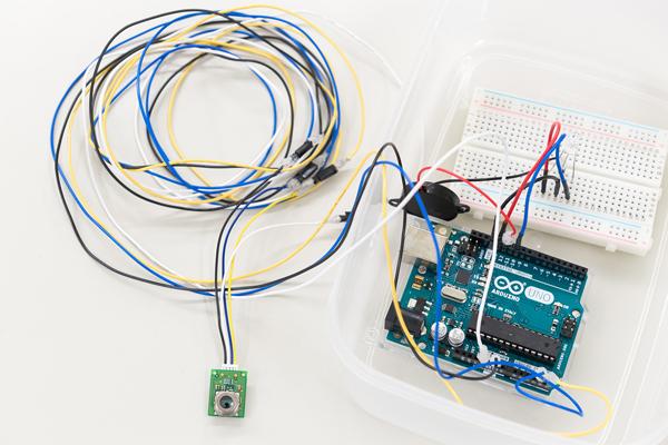 加温加湿器監視システム。加温加湿器のスイッチの入れ忘れが発生したら、アラームが鳴って知らせます。同時にLEDランプも点灯するので、機器から離れた場所でも確認できます。