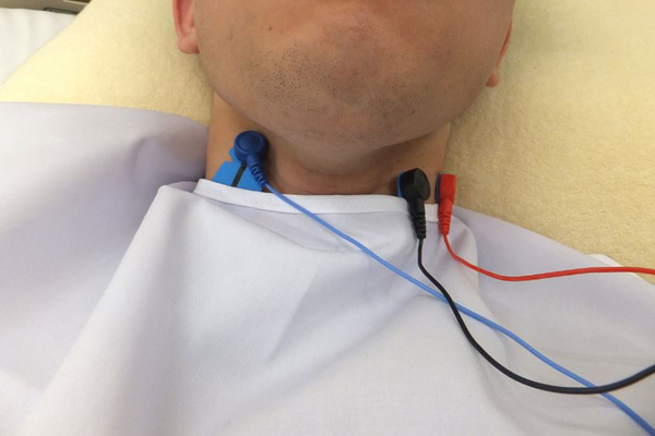 治療用エプロンに3種類のセンサを組み込んで使用します。センサが3つ増えるだけで、後は通常の歯科治療が行えるため、歯科医にも患者さんにも負担感がありません。