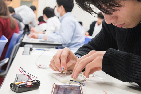 ブレッドボード(電子回路を試作する時に使用する道具)に電子部品を差しこんで、測定用回路を組み立てます。精密機械のため、慎重に扱います。