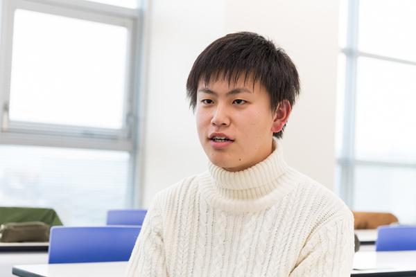 電子情報工学科・3年生の住吉佑太さん(呉市立呉高校)。「測定を開始した時、1年生だけでは、なかなか作業が進みませんでした。実は僕も1年の時は彼らと同様で、どう動けばいいのかわからなかったのです。その経験を参考にしながら、1年生が自発的に動き出せるようアドバイスしました。この講義を通じ、自分が1年生の時に得た経験や気づきを基に後輩を指導したことで、自分自身も新たな気づきを得ることができ、また、その場を動かすファシリテーターとしての能力も身につくと思いました」