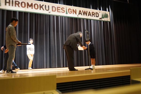 12月18日に行われた表彰式の様子。ベンチ部門には87点の応募があり、その中で20脚が実物のベンチになりました。表彰式には、ものつくり大学学長の赤松明様にご臨席いただき、各作品を講評していただきました。