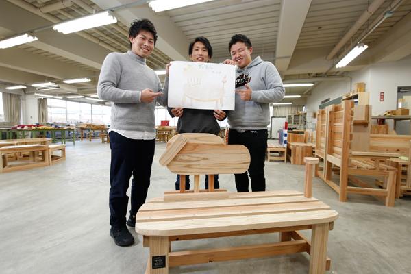 最優秀賞を受賞した「ダックスベンチ」。背もたれの顔の部分と短い脚が特徴です。これらのベンチは建築デザイン学科の番匠谷先生と、3年生が中心になって製作しました。