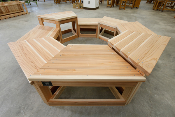 こちらも最優秀賞を受賞した「グラデュアリーベンチ」。複数の高さのベンチを組み合わせることで、大人から子どもまで快適に座ることが可能です。