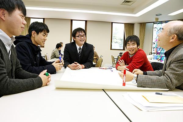 ホスト役としてグループをまとめる倉本君(中央)。3回目の参加ということもあり、周りの人の様子を見つつ、場を盛り上げたり積極的な発言をしたりしながら議論をリードしていきます。