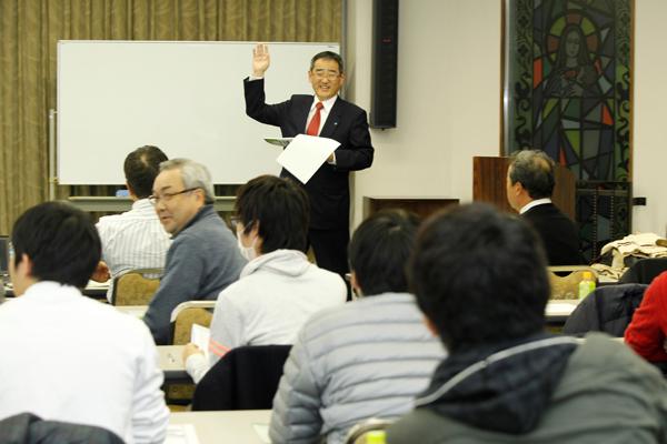 金融機関の業務や社会的役割について、またどのような企業が「良い企業」と言えるのかについて語る浜本さん。就職について、金融機関からの視点で助言をいただきました。