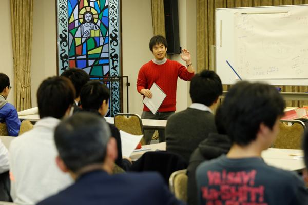 「濱崎ゼミに入り、先生の勧めもあって、社会人や他大学の学生と交流する機会に積極的に参加し、刺激を受けたことで、自分自身変わることができました。良き師に出会えたからこそ、今の僕があります」と出会いや人との関わりの大切さを発表時に語る倉本君。