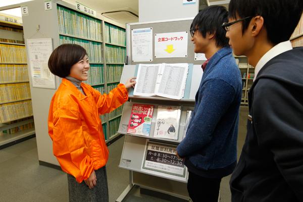 「過去の選考内容をまとめたファイルは、とても役立ちますよ」と上田さん(一番左)ファイルには、実際に採用面接を受けた先輩たちの質疑応答などが企業ごとにつづられているので、就職活動を行う学生の強い味方となります。