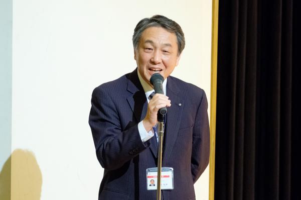 「なぜその会社に入りたいのか。しっかりとした意思を持って取り組んでほしい」と学生に語りかける津田就職部事務部長