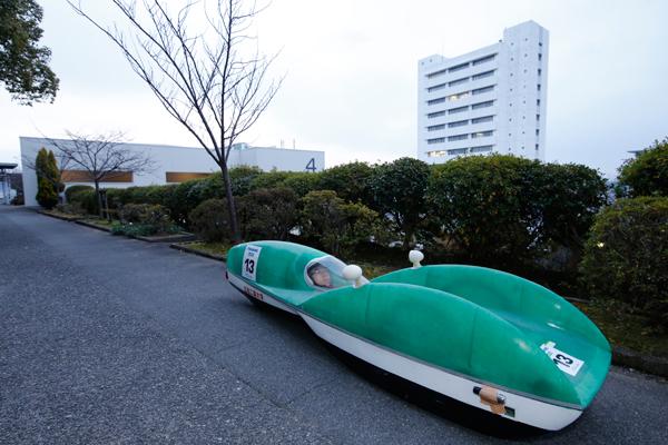 車両の総重量は全体でおよそ30kg。最高速度は平地で50km/h以上。電気自動車なので、音も静かです。