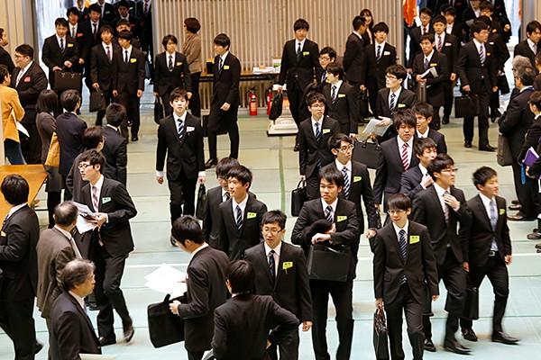 事前に参加企業の情報を調べておいた学生は、希望する企業ブースにすみやかに移動していきました。