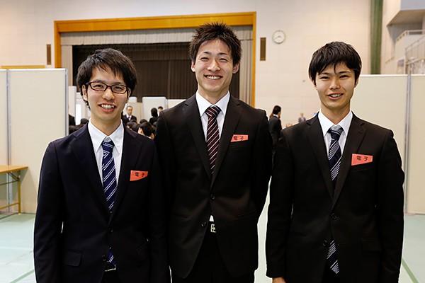 藤村さん(左)「本物の医療機器を使って説明していただいたので、いっそう興味が沸いてきました」西林さん(中)「今後は、SPI対策もしっかり進めていきたいです」前原さん(右)「ビル管理に関するアルバイトを経験したことから、設備関連の会社に興味を持ちました」