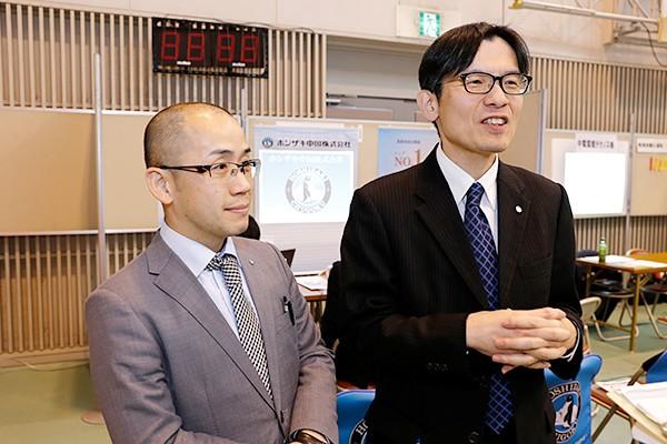 ホシザキ中国株式会社 総務課主任 池本様(左)、佐々木様(右)「機械系の学生が多かったので、当社の事業内容の説明がしやすく、じっくり聞いてもらえました。当社は、機械いじりの好きな人を歓迎します。研修制度が充実しているので、学びながら成長できる会社です」
