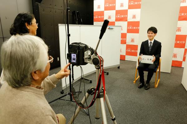 履歴書の写真も重要です。同日、国内外で受賞歴のあるカメラマンによる撮影会も開催し、学生の最高の1枚を引き出す写真を撮影していただきました。
