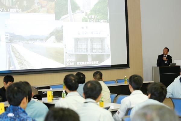 「広島高速5号線」「厳島港宮島口地区湾岸整備事業」など、広島県内で進行している事業について解説される広島県 土木建築局 技術企画課の畠山誠司様。学生たちにとって身近な地域の事例だったこともあり、お話の内容から周辺の住民や来訪者の利便性や安全性が向上する様子を想像することができ、建設業が地域の社会基盤を支えていることが、十分に理解できました。