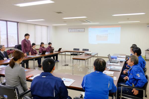 報告会当日、本学からは、授業を担当する機械工学科教授の宗澤先生と学生3名、職員3名が出席しました
