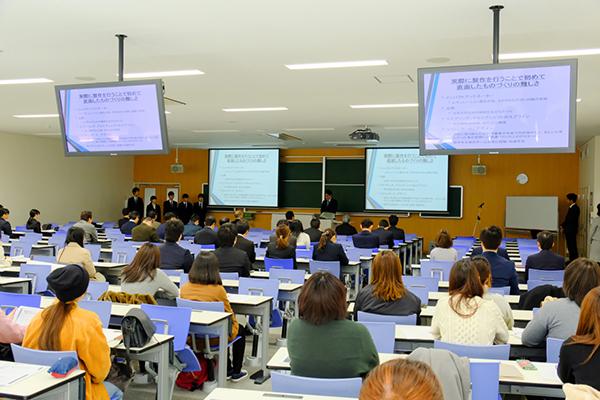 報告会の会場には学長、教職員のほか、たくさんの学生の姿も見られました