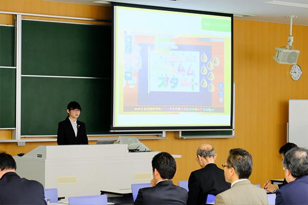 子どもたちが作ったプログラムを披露する、リーダーの讃井裕美さん(知的情報システム学科2年)
