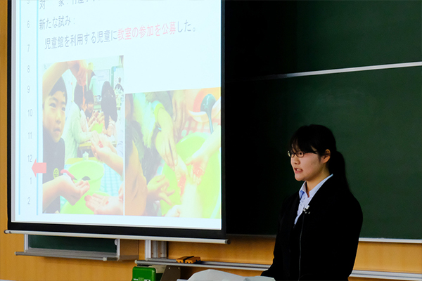 """「新実験の""""持てる水""""は子どもたちに好評でした」と報告する中村日向子さん(地球環境学科2年)"""