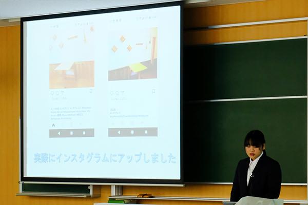 リフォーム物件を撮影しインスタグラムに投稿した画像を紹介する松川智美さん(建築工学科1年)