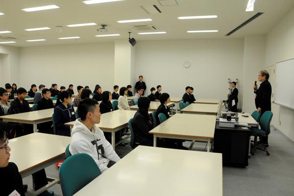 「学科のことをもっと知りたい」と、広島県外から参加した高校生もいました。期待と不安、その気持ちがよくわかる先輩と先生が何でも答えます。